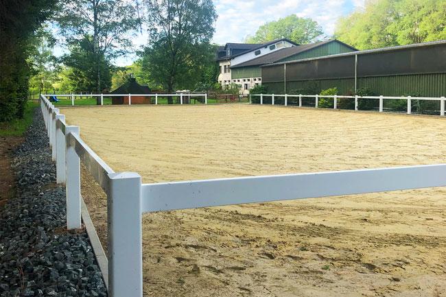 Reitplatz für Pferdedressur Ausbildung, Reitstunden und Pferdeberitt