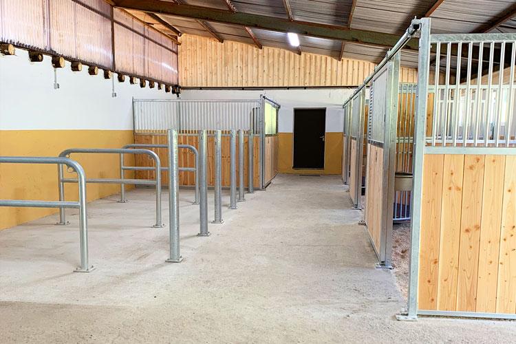 Pferdeboden im Reitstall der Reitanlage
