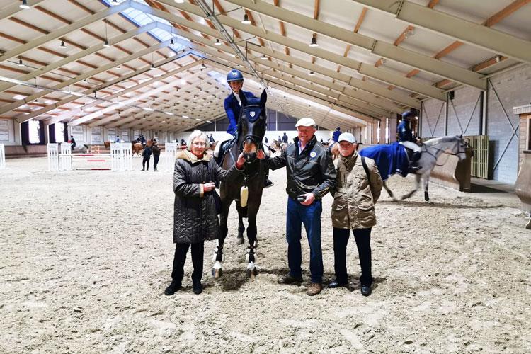 Anna Jung auf Pferd Licorne mit Besuchern im Reitstall beim Reitturnier in Peelbergen